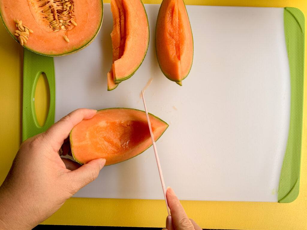 How-To-Cut-A-Cantaloupe-sliced-to-rind