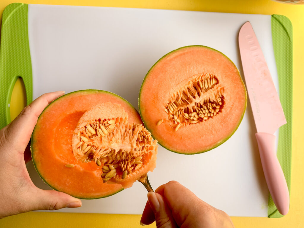 How-To-Cut-A-Cantaloupe-spoon-under-seeds-2