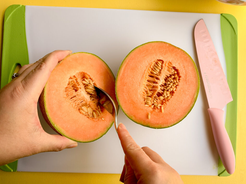 How-To-Cut-A-Cantaloupe-spoon-under-seeds.